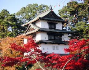 「もみじと菊人形祭り」のときの弘前城植物園から見た辰未櫓(2004年10月)、クリックすると雪国の曲が流れる